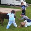 Ayke speelt met kinderen