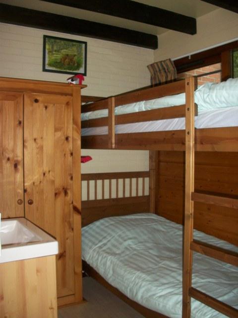 slaapkamer met stapelbed, linnenkast en wastafel | Fan de Frije Wetters
