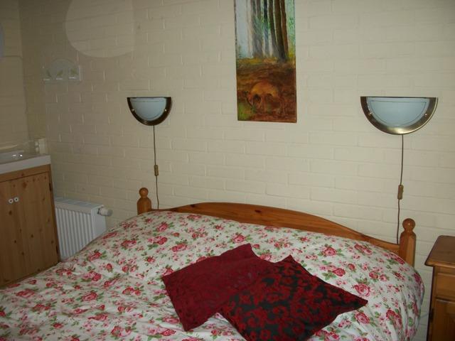 slaapkamer met 2 persoons bed, linnenkast, nachtkasje en wastafel ...
